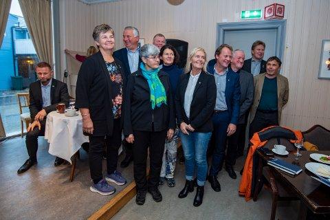 Representanter for de 12 kommunene. Blant annet ser vi Berit Hundåla, Peter Talseth og Ellen Schjølberg. Nå vil de formalisere samarbeidet og sette av budsjett til å følge saken.