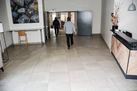 Ove Bromseth og økonomisjef Hilde Israelsen ved Meyergården hotell. Eneste på jobb etter at de stengte pga koronakrisen.