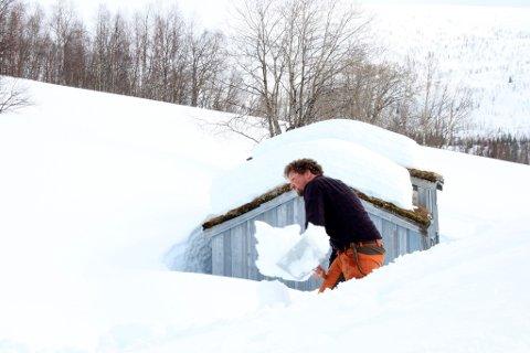 Øyvind Snefjellå i gang med å rydde snø på Bredek.