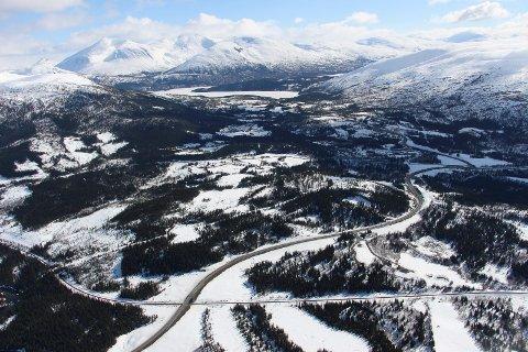 KNUTEPUNKT: Drevjamoen skimtes her litt oppe og t.h. i bildet. Området ligger sentralt til på Helgeland og i forhold til E6 og fylkesvei 78.