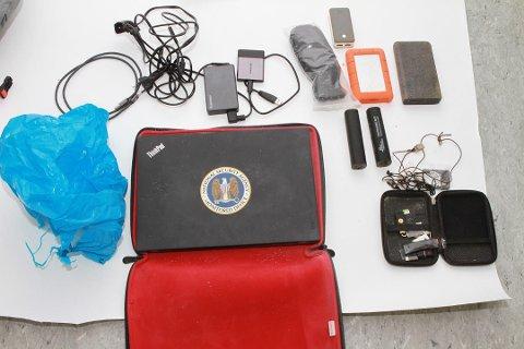 Disse gjenstandene ble funnet av de to utenlandske transportsjåførene og tilhører trolig Arjen Kamphuis. Foto: Politiet