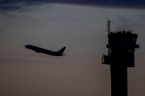 Gardermoen 20200116.  Et fly i luftrommet over Oslo lufthavn (OSL) med flytårnet i forgrunnen. Foto: Håkon Mosvold Larsen / NTB scanpix