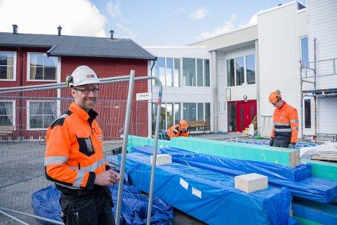 I RUTE: Ørjan Jakobsen (t.v.) og Petter Leistad (t.h.) konstaterer at prosjektet går som det skal.