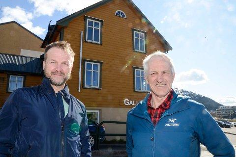 Jarle Efraim Andersen (f.v.) og Tor Inge Kristensen foran huset i Fr. Nansens gate 8 som snart rives dersom ingen vil ha det.