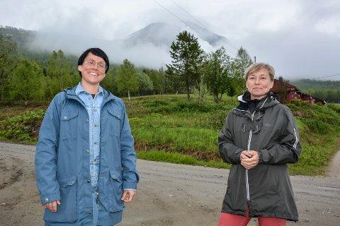 Eldbjørg Fagerjord og Heidi Stuvland fremfor Østerdalsknabben. Nå har de fått med seg Polarsirkelen Turlag for å merke opp stien til topps. - Nå får vi merket løypa på en måte som folk er vant til, sier de.