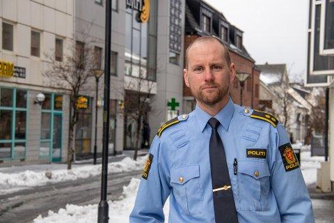 TIPS: – Om noen sitter på informasjon vil vi at de tar kontakt med politiet på telefon 02800, forteller politioverbetjent Thomas Johansen. Bildet er tatt ved en tidligere anledning.