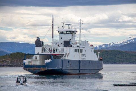 MF Fosen skal gå på Tjøtta-Forvik til og med 9. august. Det er en av flere ruter på Helgeland der sommerrutene er forlenget.