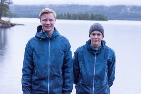Sigve Sjøvoll (16) og Steffen Bakken (15) har i år sin første sommerjobb.