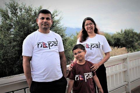 Nirmala Pokhrel Adhikari, ektemannen Pradip Adhikari, og sønnen Alvin (7) kommer fra Nepal, men har bosatt seg i Sandnessjøen. - Her trives vi godt. Det er mye mindre støy, trafikk og mennesker enn i Nepal, smiler de.