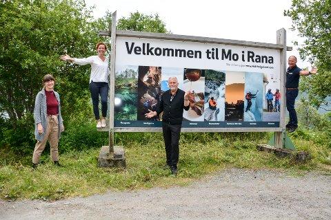 To nye skilt er byttet ut. Et på Båsmo og et på Hauknes. Ingvild Skogvold (f.v),  Cecilie Nordvik, Dag Busch og Ove Bromseth.