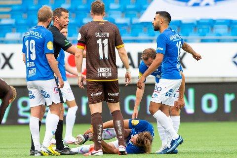 Martin Bjørnbak ligger nede med smerter etter en duell i eliteseriekampen i fotball mellom Molde og Mjøndalen på Aker Stadion. Det så enda verre ut da han ble skadet mot Sandefjord forleden.