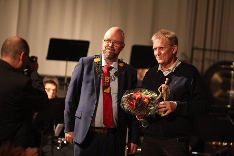 Brødrene Einar og Alfred Hansens ærespris gikk i fjor til Trond Olsen fra Bossmo og Ytteren IL. Ordfører Geir Waage delte ut prisen. Foto: Rune Kr. Ellingsen