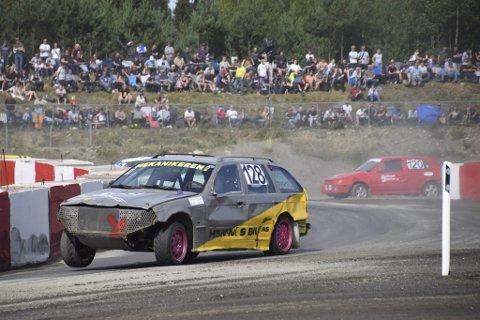 Martin Wikran i aksjon i landsfinalen i bilcross på Gardermoen i 2019. I helga braker det løs med årets to første race på Røssvoll motorstadion..