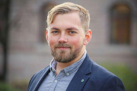 Fylkesråd for transport og infrastruktur, Bent-Joacim Bentzen (Sp), mener det er Rødøy kommune som må finansiere ekstra tiltak som søppelhåndtering, toalett og parkering på grunn av økt turisttrafikk langs kysten.