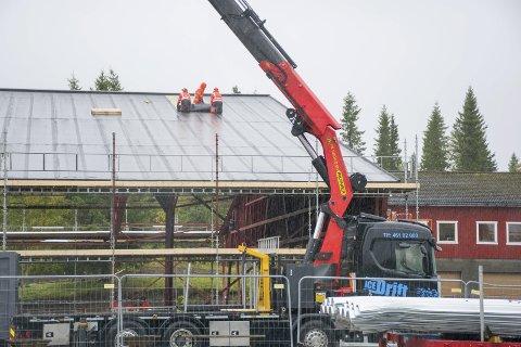 IMTAS er i gang med å renovere taket på is- og hockeyhallen på Skillevollen. Foto; Vegard A. Skorpen