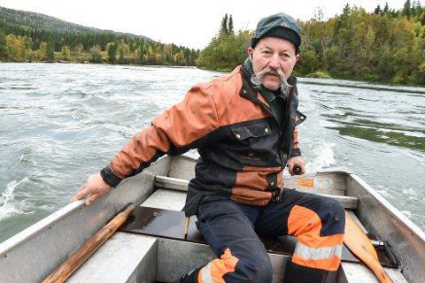 Bonde Leif Egil Amundsen på Nevernes stiller opp som ferjemann over Ranelva på dugnad, for å hjelpe folk i Grønfjelldalen som trenger å komme seg over elva i viktige ærend.