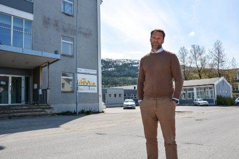 Morten Hagh i eiendomsselskapet Ranheim, utenfor deler av den 11500 kvadratmeter store bygningsmassen.
