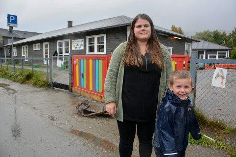 Kine Valrygg og sønnen Marcus Valrygg Olsen utenfor Revelheia barnehage. Hun er en av mange som har blitt oppfordret til å holde sønnen hjemme på grunn av personalmangel.