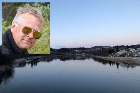 Svein Rune Lorentsen (innfelt) fikk skrekken i seg da han så to unger leke ved elvebredden på Selfors-sida av elva. Han advarer mot lek på den utrygge isen. Bildet fra elva er tatt tidligere i vinter, men det er bare litt is på elva, mens det er mye på elvebredden.