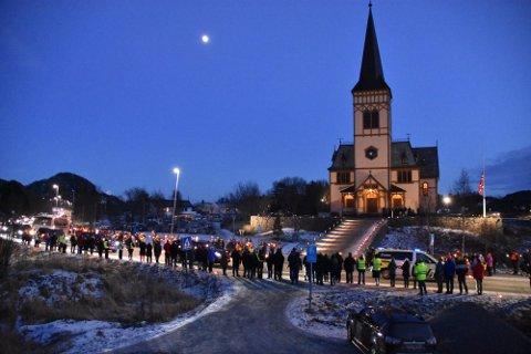 Kortesjen ankommer Lofotkatedralen i Kabelvåg, med politiet i front. Foto: Kristian Rothli