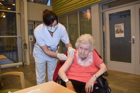 Mildrid Jøsevold (93) blir vaksinert som den første i Rana. Det er Viola Sandøy, sykepleier ved avdeling 2 på Gruben sykehjem, satte vaksinen.