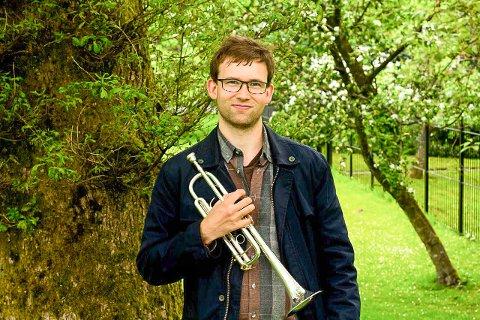 Sindre Bowitz Larsen er fra Tromsø og bosatt i Bergen. Nå gleder han seg til å tilbringe det neste året i Nord-Norge, som vikar ved Rana Kulturskole.