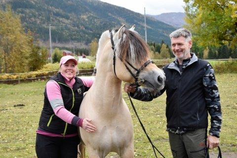 Det gikk rykter om stjernehingsten Doffen etter at han løp ut under hingsteutstillingen i Nordfjordeid, men det var akkurat en sånn hest Lise Kosmo Gylseth og John Martin Gylseth ville ha.