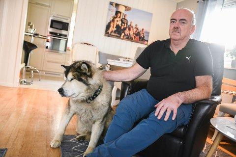 Kritisk: Børre Pedersen sammen med alaska malamuten Mammut. Pedersen er sterkt kriitsk til politiets håndtering etter en situasjon mellom ham, hunden og en annen hund i sommer.