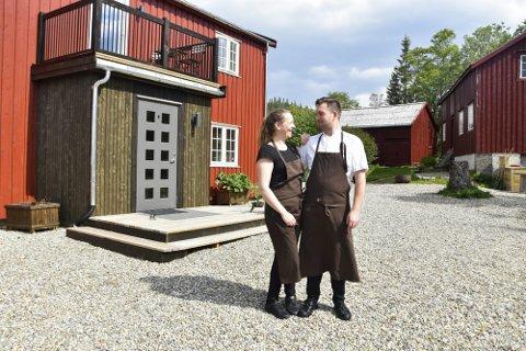 Elise Bratteng Rønning og Marius Martinsen driver Til Elise fra Marius i Utskarpen. Nå ønsker de å bedre trafikksikkerheten på stedet, men dette kan ta tid.