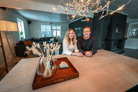 Rita og Morten Nordtømme skal selge huset på Båsmoen og velger å style det selv før megler Amanda Varem og fotograf Kjetil Iversen slipper til.