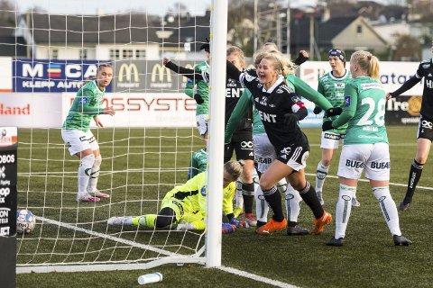 Lisa-Marie Karlseng jubler under fotballkampen mellom Klepp og Rosenborg på Klepp stadion. Det ble sølv på RBK Kvinner sist sesong. Nå jakter både klubben  og Lisa-Marie på nye triumfer.