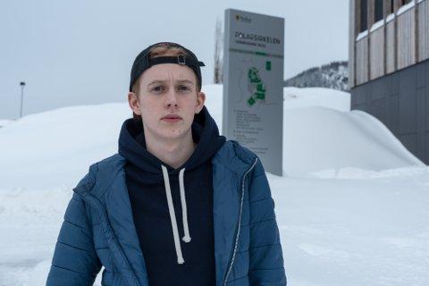 Konrad Feyling-Gruber (16) fikk en lang og kronglete tur med hurtigbåt og ferge fra Onøya, fær han endelig kom til studenthybelen på Mo,