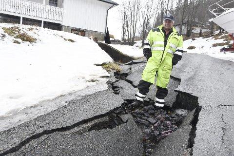 – Jeg har fått oppkjørselen min ødelagt for mange hunder tusen kroner av vann på ville veier, sier Lars Lund i Stibergan 8 på Alterneset.