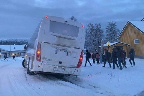 Denne skolebussen var havnet i grøfta ved Esso på Ytteren tirsdag morgen.