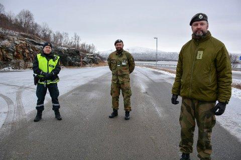Godt samarbeid mellom etatene på grensen. Politibetjent Jørgen Barkenæs (f.v), Anders Rønning og områdesjef for HV14208- soldatene Morten Myrvang.