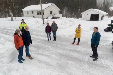 Fra venstre: Laila Strand, Bjørn Aage Olsen, Fredrik Langnes, Torill Adriansen, Kjell Adriansen, Ronja Karita Kristensen, Morten Wikran. Alle har de fått vannskader på hjemmene sine, noen i større omfang enn andre.