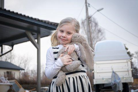 Amalie (4,5) og engelskmannen Store Kanin ble lykkelig gjenforent etter at de begge ble hovedrolleinnehavere i familien Wie Fenheims eget påskemysterium.