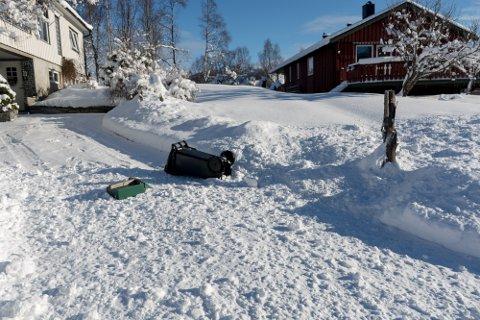 Åse Selnes satt ved kjøkkenbordet da det smalt i oppkjørselen. Brøytebilen føk forbi i god fart og snøen ble kastet så kraftig opp i oppkjørselen, at den tok med seg postkassa og søppeldunk.