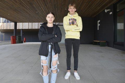 Celina Thomassen (17) og Tobias Loftfjell (18) går begge andre året som helsefagarbeider på skolen, og er dermed også russ. De har ikke hørt om den interne russeknuten, men sier det ikke er akseptabelt.