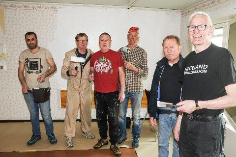 Stålkameratene som svinger malekostene, f.v. Alla Alabdulla, Sturla Dahle, Roar Solhaug og Eivind Fredriksen støtter opp om Helgeland sykehusaksjon representert ved Ernst Dahle og Bjørn Selfors.