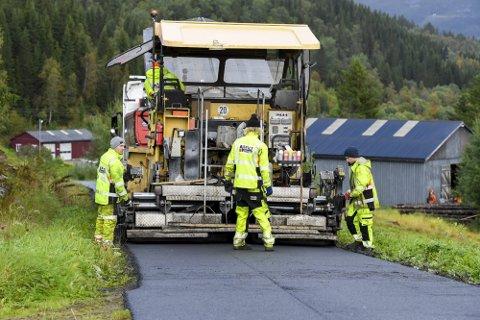 Staten skal legge 1 million tonn asfalt på riksveiene i år. Det er nok til svart dekke på 1000 kilometer med vei.