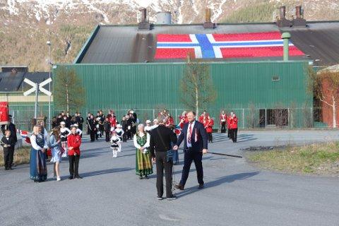 TIL TØRK: Rekordflagget som hang på Alcoa er nå til tørk. Kanskje vil det bli tatt fram igjen ved en passende anledning.