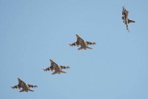 Fire F16-fly fløy over deler av distriktet onsdag, og de rakk også å vinke på turen.