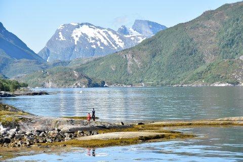 Bildet er tatt nedenfor Basecamp Helgeland i Sørfjorden i Rødøy. Der får elevene i Rana tilbud om gratis leirskole. I disse dager jobbes det for å finne tilbydere av sommerleir i nabokommunen Lurøy.
