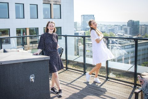 STORTRIVES: Sunniva Storbakken og Emilie Piros er begge i 20-årene, men bruker mye tid sammen med naboer som er mange år eldre enn dem.