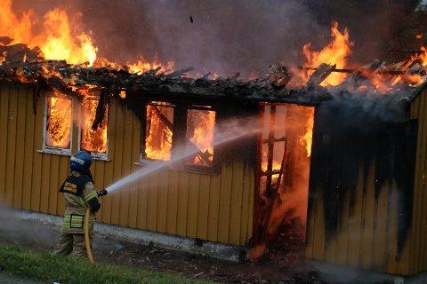 Tre år etter at seks leiligheter brant ned til grunnen skal saken behandles i Helgeland tingrett, avdeling Sandnessjøen. Tre er siktet for grovt skadeverk i rettsaken som starter 17. august og går over seks dager. Et erstatningskrav fra forsikringsselskapet vil bli behandlet i et eget sivilt krav, og ikke i straffesaken.