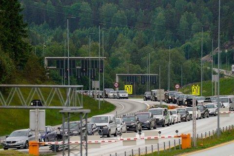 Langt flere drar til Sverige etter karantenefritaket sist fredag. Det har resultert i lange køer på grensen. (Foto: Torstein Bøe/NTB)