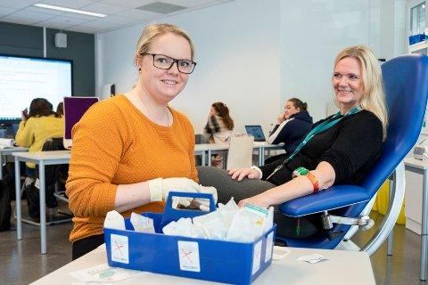 Under studieforløpet skal man ha praksis, og man vil fokusere på områdene der arbeidslivet har etterspurt kompetanse hos helsefagarbeidere. Pia Thomassen (t.v) og Gry Ulvedalen viser frem noe av utstyret som finnes i klasserommet.