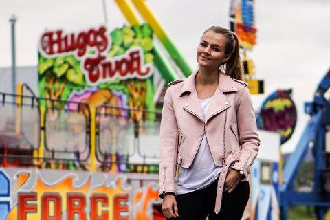 Ida Johansen (29) er daglig leder i familietivoliet Hugos Tivoli. Nå har de slått seg ned ved Mo Industripark i Mo i Rana, hvor de skal være i to uker framover.