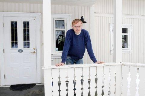 HAR KONTROLL: Øyvind Rømo forteller at det er få nærkontakter med personen som testet positivt i dag. - Vi har så god kontroll som vi kan ha, sier han.